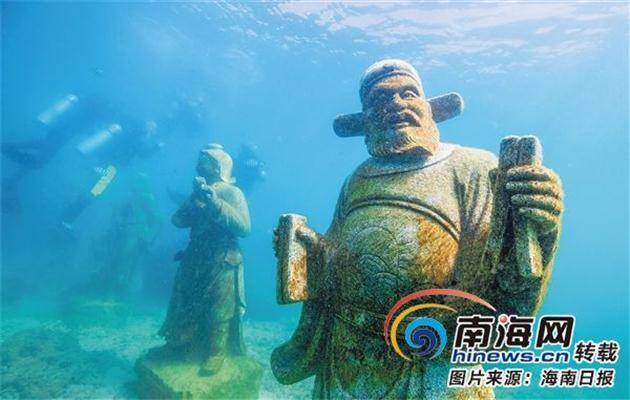 """游客在几尊""""八仙过海""""神话人物石雕像附近潜水观赏."""